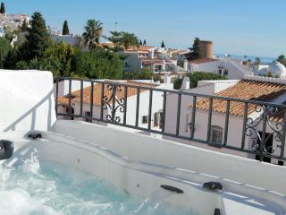 AP197 Bright modern apartment private jacuzzi, Nerja