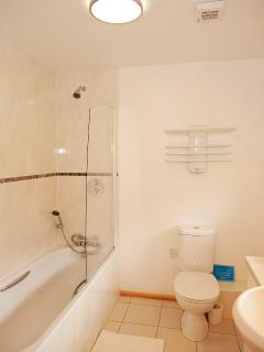 Downstairs en-suite bathroom in Duncliffe Chalet