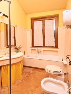 bagno con doccia e vasca depandance