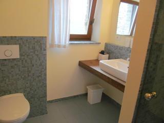 Grosses Bad mit Dusche im ersten Stock