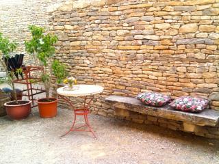 Natursteinmauern begrenzen die Terrasse