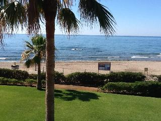 Large beachfront apartment with amazing sea views!, Mijas