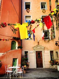 From when the city is decorated in August- Provence party and the colours red and yellow (provence)