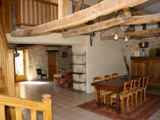 Grande salle à manger avec la véranda qui donne sur la terrasse et la piscine chauffée