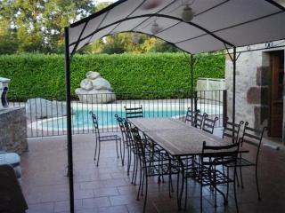 piscine chauffée avec transat , barbecue , terrasse avec tonnelle