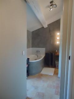 salle de bains de la suite parentale (baignoire et douche)