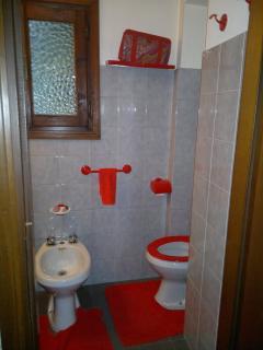 Il piccolo bagno adiacente la stanza matrimoniale con lo specchio