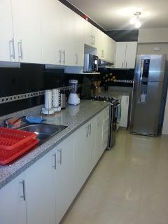 Cocina con Refrigerador, Cocina a Gas , Horno Microondas, Utensilios