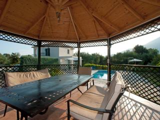 Pergola - relax with a drink in the shade or dine at night