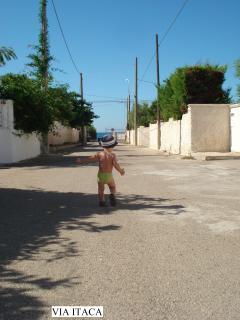 Via Itaca verso il mare (in fondo il cancello che chiude la strada)