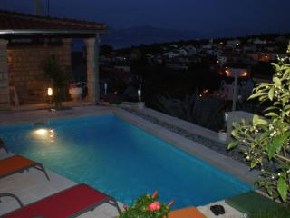Villa Yannie - Comfort, pool and view. 2 parkings. DISCOUNT- LIMITED TIME!
