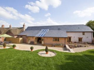 Jurston Barn - 400 year old Luxury Holiday Home with Heated Pool and Hot Tub