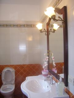 The bathroom with Vietri's tiles.