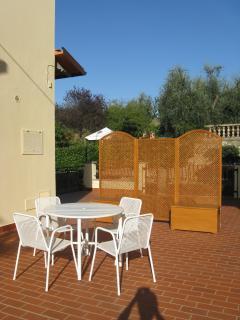 Ampio terrazzo con tavolo e sedie dov'è possibile pranzare