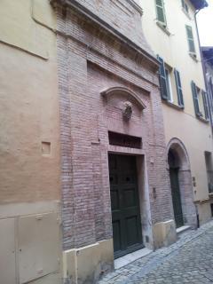 Il Portone d'ingresso è la facciata di un'antica chiesa