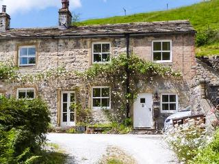 FOUNTAINS COTTAGE, open fire, underfloor heating, WiFi, garden with furniture, R