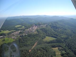 Vue du massif des Vosges du Nord, le village et le château du Lichtenberg