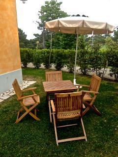 giardino esterno con ombrellone e tavolo