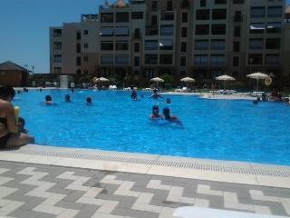 piscina con vigilante y amplia