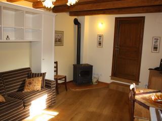 Salotto, stufa a legna e pavimento in quercia