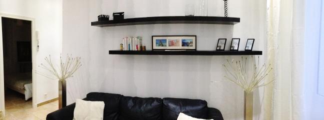 Salon ouvert avec fenêtre coté rue et climatisation
