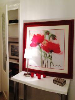 Chambre Rouge avec fenêtre coté rue et climatisation