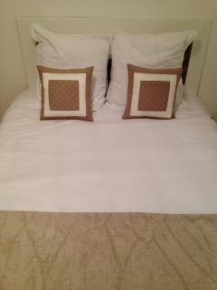 Chambre beige avec fenetre coté cour interieure et climatisation