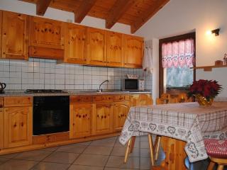 zona giorno mansarda: il calore del legno per un'ospitalità familiare e riservata