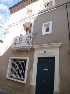 la façade de la maison, dans une petite rue au calme