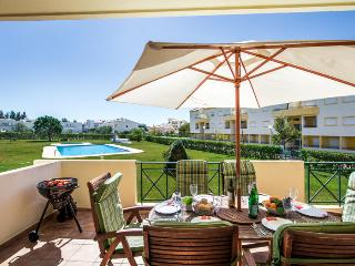 Spacious 3-Bedroom Apartment with Pool, 15 Minutes' Walk to the Marina.