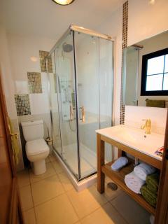Baño en planta superior con ducha hidromasaje