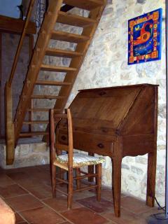 Salon TV / Acces à la Chambre-Mezzanine (escalier avec rembarde)