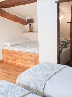 Twin bedroom with day bed, two twin beds & en-suite with bath and shower.