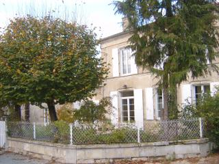 La Comtesse house with swimming pool and parking, Loulay