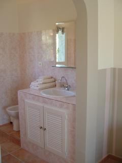 Ensuite bathroom of a bedroom in the apartment in guesthouse Aux Merveilleux in Grimaud