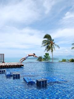 diving into 300 meter square pool ocean views amazing,kids pool,2 sunken jacuzzis,swim up bar