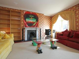 Charming and Classic Living next to Harrods!, Londen