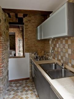 Cucina attrezzata con lavastoviglie, forno elettrico, 4 fuochi e frigo-congelatore grande