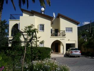 Villa Miranda driveway