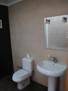 Baño en suite de 4 piezas con salida directa al Salón (foto 1 de 2)
