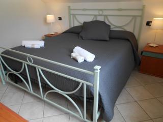 Camera da letto matrimoniale con vista sulle montagne