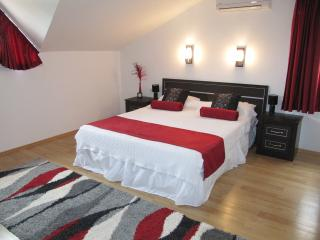 Kingsize bed in spacious main bedroom