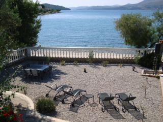 Villa Kairos - Waterfront, Bicycles, Kayaks, Boat Jetty, Outdoor Living, 4 bdrms
