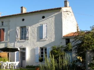 Charente Maritime: Pretty house in quiet village, Saint-Savinien