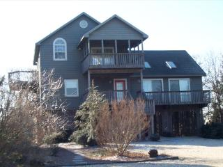4 bedroom home only steps to the beach, pool and tennis courts, Cedar Neck