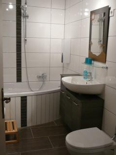 Waschbecken, Spiegel und Toilette