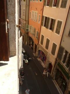 Vue rue Jean Jacques ROUSSEAU depuis la fenêtre du salon
