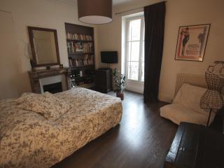 La chambre, calme et spacieuse... literie de 1m80 de large pour votre confort.