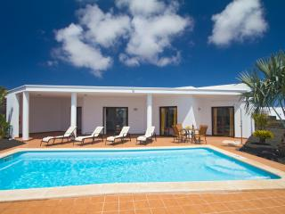 Playa Blanca 2 bedrooms villa heatable pool