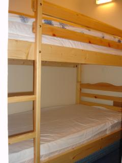 Single beds arranged as bunk bed in the bedroom (coin)